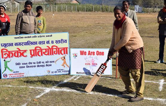 वडा स्तरिय क्रिकेट प्रतियोगिता उद्घाटन गर्दै उप-प्रमुख